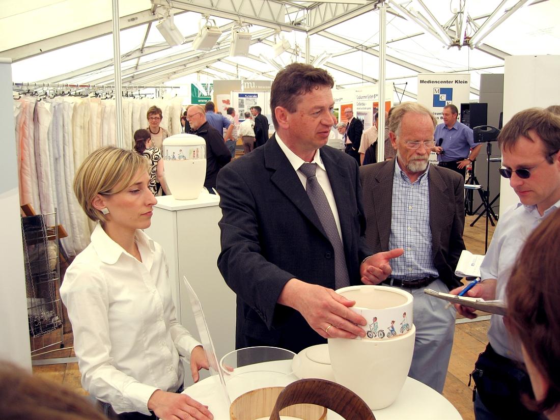 Jürgen Senft (mitte), Abteilungsleiter Reutlinger Friedhöfe im Ausstellungszelt