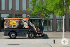 Kehrmaschine mit Ameisenbäraufdruck – Bild: Markus Niethammer