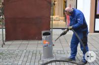 Wolfgang Bächle beim Entfernen von Aufklebern auf Mülleimern mit einem Hochdruck- und Trockeneisgerät